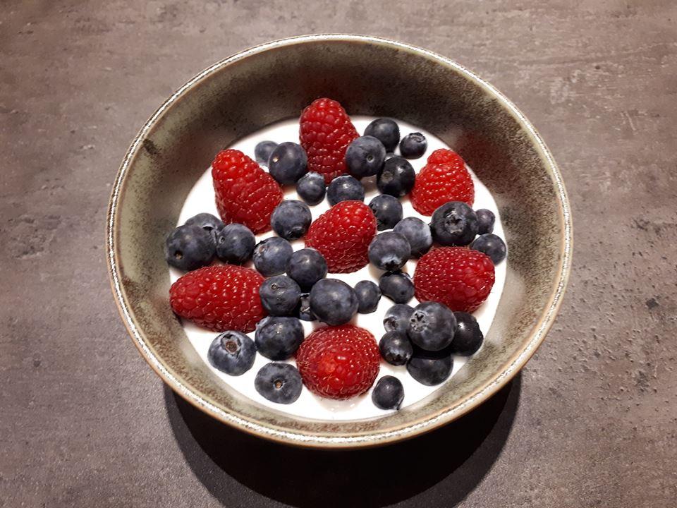 Zelfgemaakte yoghurt met vers fruit