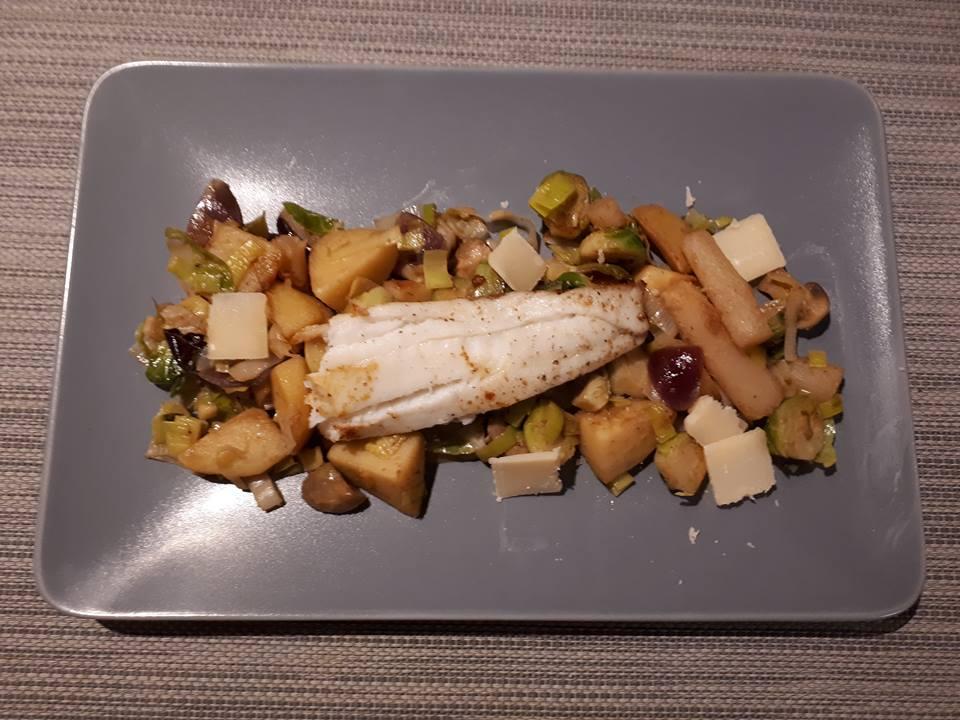 Winterse wok van spruitjes, prei, schorseneren, paddenstoelen en aardappelen met zeewolf
