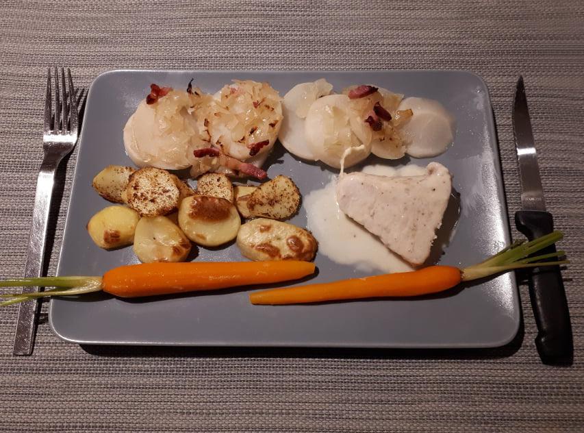 Kalkoenpavé, fondant raapjes, geglaceerde wortels, ovengebakken aardappelschijfjes en pepersaus