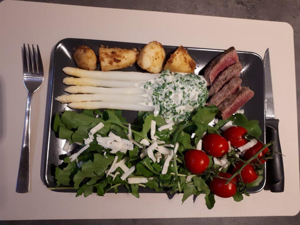 Asperges, steak, gebakken patatjes, kruidensaus en rauwkost